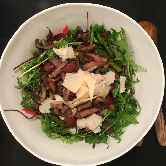 Salat med stekt chorizo og grønnsaker